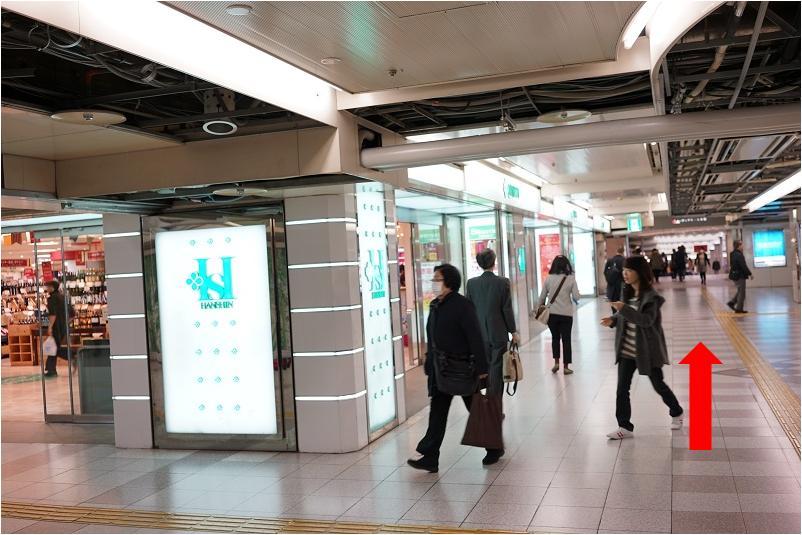 5.阪神百貨店の地下を直進します